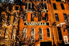 Gebäude mit Nashville-Zeichen lizenzfreie stockbilder