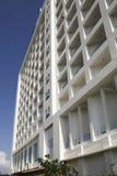 Gebäude mit quadratischen Elementen Stockfoto