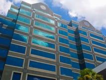 Gebäude mit Reflexion Stockbilder