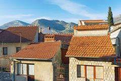 Gebäude mit roten Dächern und geschlossenen Fenstern Trebinje, Bosnien und Herzegowina Lizenzfreie Stockfotos