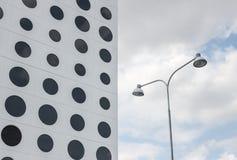 Gebäude mit runden Fenstern und Straßenbeleuchtung Stockfotografie