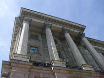 Gebäude mit Spalten Stockfotos