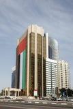 Gebäude mit UAE-Flagge in Abu Dhabi Stockfoto