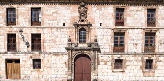 Gebäude mit Wappen Lizenzfreie Stockfotos