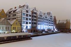Gebäude in Motlawa Fluss in der Winterlandschaft Lizenzfreie Stockbilder