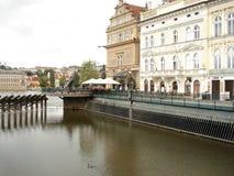 Gebäude nähern sich Vltava, Prag Stockfotos