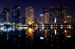Gebäude nachts. Lizenzfreies Stockfoto