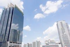 Gebäude reflektiert in den Fenstern des modernen Bürogebäudes Stockfoto
