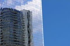 Gebäude reflektierte sich in den Fenstern des modernen Bürogebäudes gegen Lizenzfreie Stockbilder