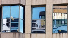Gebäude-Reflexionen in der Glasscheibe Windows Stockfotografie