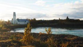 Gebäude SAT auf einem Fluss Lizenzfreie Stockbilder