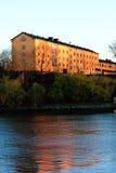 Gebäude in Skepsholmen - reflektiert im Wasser Stockfoto
