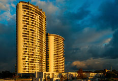 Gebäude am Sonnenaufgang Stockbilder