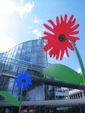 Gebäude u. Blumen lizenzfreie stockfotografie