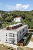 Gebäude umgeben durch Bäume lizenzfreie stockbilder