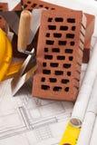 Gebäude und Baugeräte und Ziegelstein lizenzfreies stockfoto