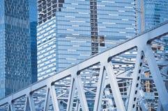 Gebäude und Brücke im Bau Stockfoto