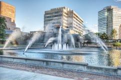 Gebäude und Brunnen Lizenzfreies Stockbild