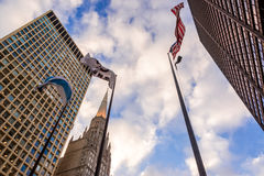 Gebäude und Flaggen Stockfotos