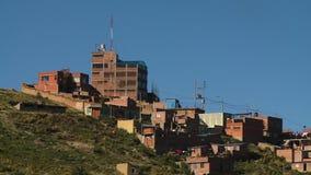 Gebäude und Häuser auf Hügel stock footage