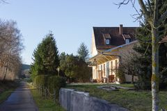 Gebäude und Hütten mit Details in der ländlichen Landschaft stockbild