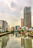 Gebäude und Kanal in Minato-Bezirk - Tokyo lizenzfreies stockbild