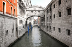Gebäude und Kanal in Venedig - Italien stockfotos