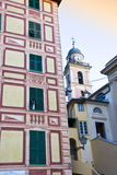 Gebäude und Kirche Stockbilder