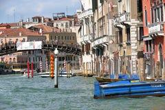 Gebäude und Ponte-dell'Accademia in Venedig, Italien Lizenzfreies Stockfoto