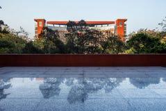 Gebäude und Reflexion auf dem Boden Lizenzfreie Stockfotos