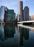 Gebäude und Reflexionen im Fluss Stockfoto