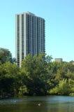 Gebäude und See Lizenzfreie Stockbilder