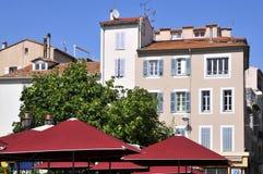 Gebäude und Sonnenschutz in Antibes in Frankreich Stockfotos