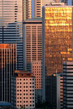 Gebäude und Sonnenuntergang reflektieren sich Stockfotos