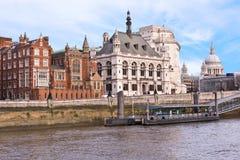 Gebäude und St- Paul` s London-England Kathedrale von der Themse Stockfotografie