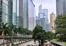 Gebäude und Straße in der Mitte von Hong Kong Stockfotos