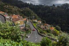 Gebäude und Straßen auf den Flanken von Madeira-Hügeln stockfoto