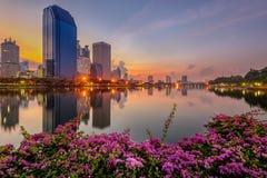 Gebäude und Teich auf Sonnenaufgang, Bangkok, Thailand Stockfotografie