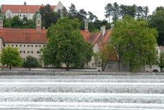 Gebäude und Wasserfälle der Stadt von Landsberg am Lech im Bayern (Deutschland) Stockbilder