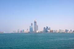 Gebäude und Wolkenkratzer in Abu Dhabi im Stadtzentrum gelegen. Stockbild