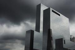 Gebäude unter dem Sturm Stockfotos