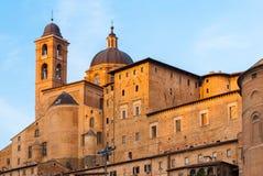 Gebäude in Urbino während der goldenen Stunde Stockfotos