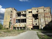 Gebäude von alten gebrochenen und verlassenen Industrien in der Stadt von Banja Luka - 4 Stockfotos