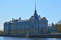 Gebäude von Marineschule Nakhimov auf Petrogradskaya-Damm in St Petersburg, Russland stockbilder