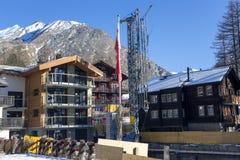 Gebäude von neuen Chalets auf dem reizend Schweizer Erholungsort der Saas-Gebühr Stockbild