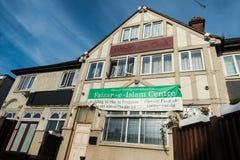 Gebäude war Waltham-Eichenkneipe jetzt Faizan-e-Islam-Mitte lizenzfreie stockfotos