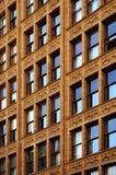 Gebäude-Wohnungs-Stadt, die blauen Himmel reflektiert Lizenzfreie Stockfotos
