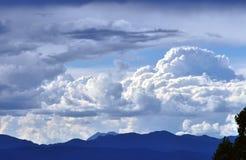 Gebäude-Wolken Stockbilder