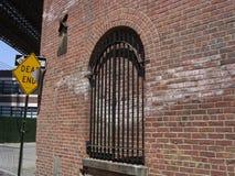 Gebäude, Zeichen nahe Brooklyn-Brücke Stockfotografie