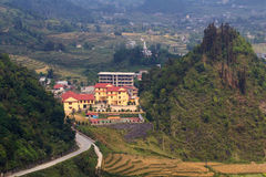 Gebäude zwischen drei Bergen, Quan Ba, Hà Giang, Vietnam Lizenzfreie Stockfotografie